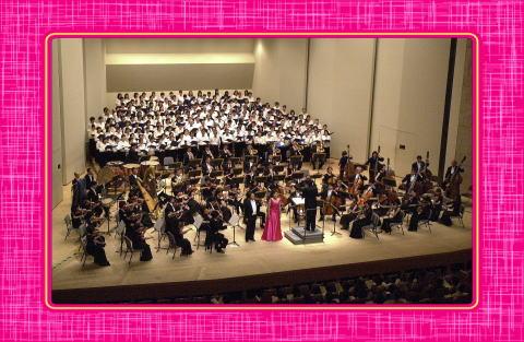 東京フィルハーモニーと校歌合唱の様子