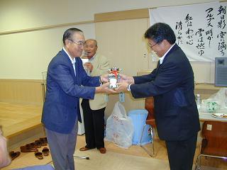 優勝は競技委員長の岩崎脩一(左)さん