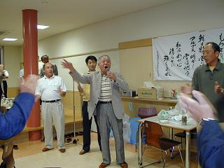 濱潟貞男さん(魚高5回卒)の音頭による校歌斉唱