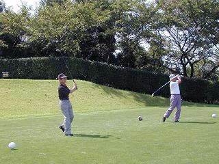 中尾同窓会長(右)と坂本前同窓会長(左)による始球式