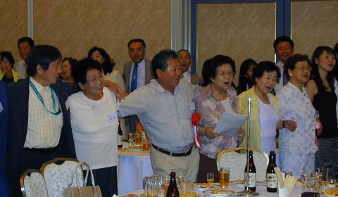 全員で肩を組んで魚津高等学校の校歌斉唱