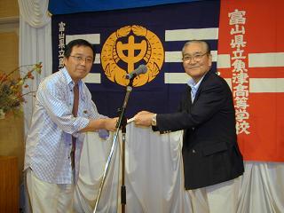 岩崎実行委員長(右)から賞品を受取るベストグロスの沢田 貢さん