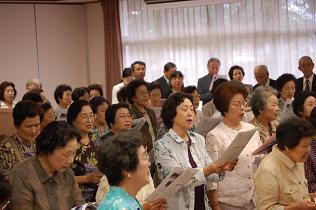 全員で女学校校歌を斉唱