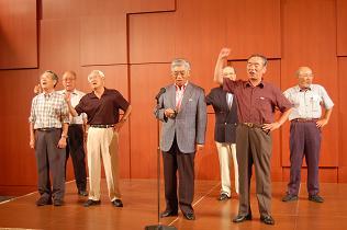 澤崎市長(19回卒)の音頭による魚高校歌の斉唱