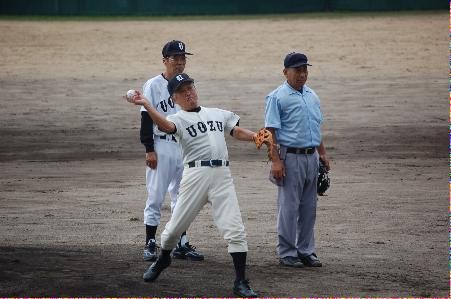 中尾同窓会長の始球式、捕手は澤崎市長