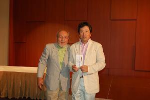 優勝、ベストグロス賞の大丸さん(右)