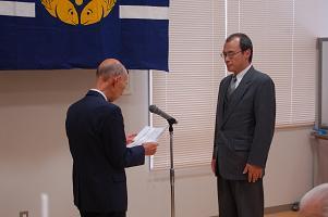 米澤会長から筒井校長へ記念品贈呈