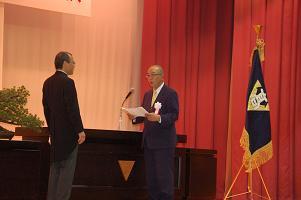 千田委員長から学校長へ目録の贈呈