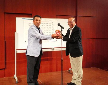 四十物実行委員長から千田同窓会長に募金が手渡されました