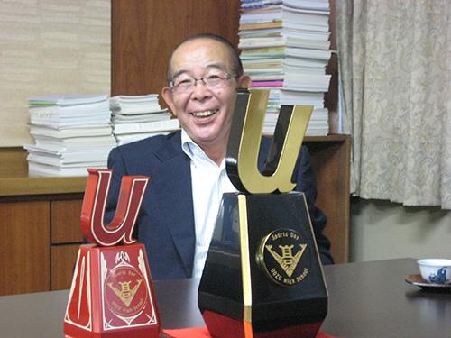 千田会長と漆器トロフィー