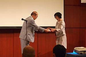 表彰される谷口美子先生